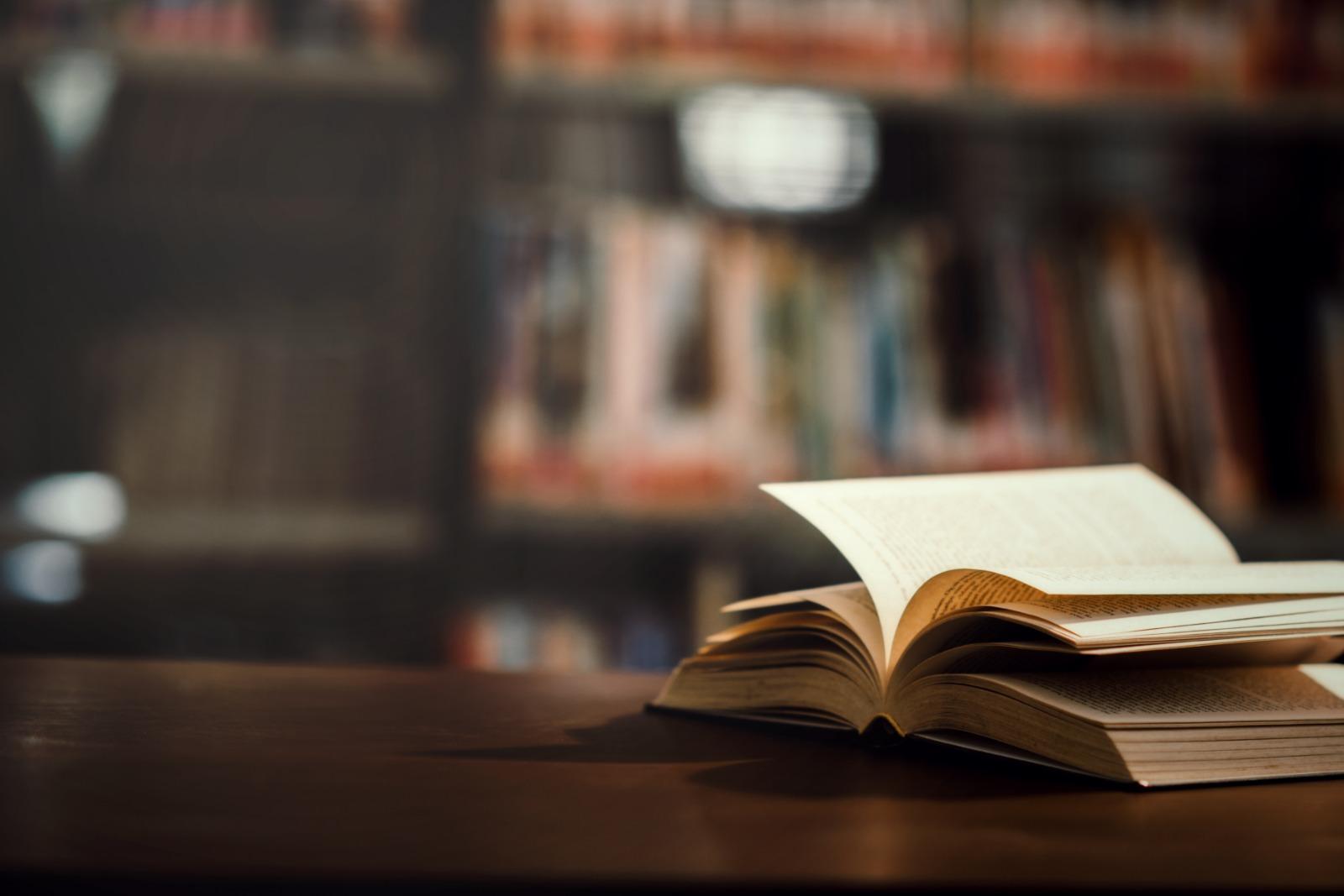 צילום ספר ברקע ספרייה